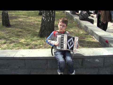 мальчик играет на гармошке и поет про рыбалку ютуб