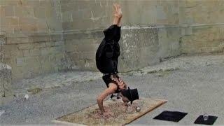 ► Jongleur de contact & prestidigitateur équilibriste (Kristian Varé alias Jyoti)