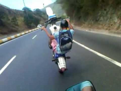moto pirueta bajando la guaira.