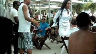 Calca Rasga durante samba em plena Copacabana