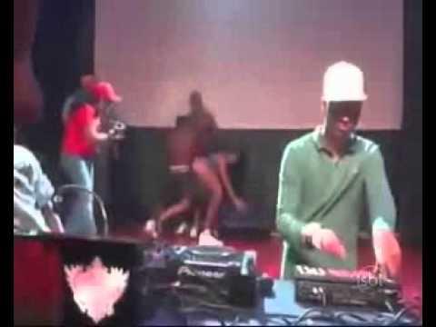 Baile funk tem mulher nua e simulação de sexo