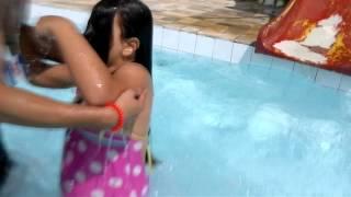 Julia escorregando na piscina