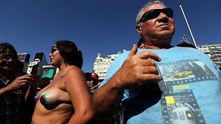 زنان در آرژانتین با سینه های باز تظاهرات کردند