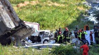صور من انهيار جسر للسيارات في مدينة جنوى الإيطالية