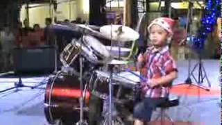 Enfant joue du drum.mpeg