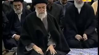 Shalat berjamaah Syiah Imamnya  Ayatollah Seyyed Ali Khamenei