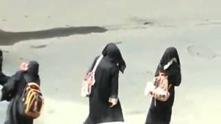 طالبات سعوديات يتصرفن بطريقة غريبة   وتجمع شبابي حولهن