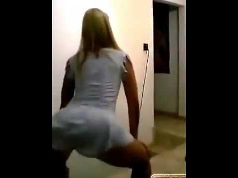 Loirinha gostosa dançando de vestidinho sexy