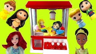 Disney Princesses Play the Claw Machine for Toys! Rapunzel & Snow White Fall in!