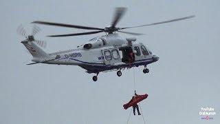 Bergen eines Verletzen vom Schiff mit dem Wiking Helikopter Tag der Seenotretter 2017 Hoistvorgang