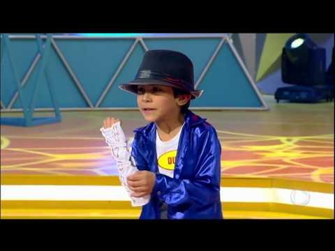 Menino imita Michael Jackson e surpreende Xuxa e plateia do Legendários