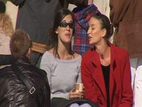 Caroline Elle tripote les seins d une fille en public