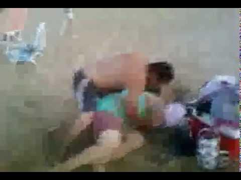 tirando arena a la gorda en la playa