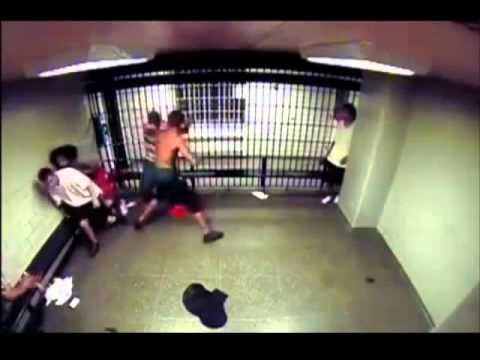 Pelea En Una Prisiòn Este Chico Eligio Mal Al Tipo Para Pelear En Una Celda VIDEO CENSURADO