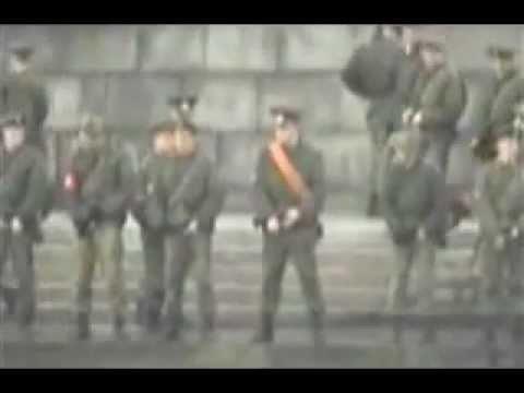 Soldados pillados sacando sus armas y orinando en la calle