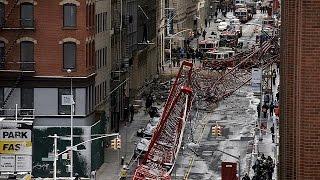 Autókra dőlt egy óriás daru New Yorkban