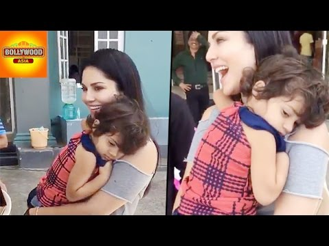 Sunny Leone CUTE MOMENTS With Her Little Fan | Bollywood Asia