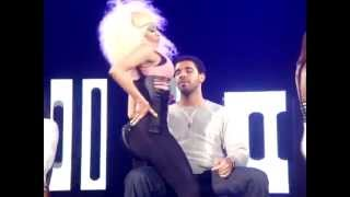 NICKI MINAJ SUPER BASS LIVE (LAP DANCE DRAKE)