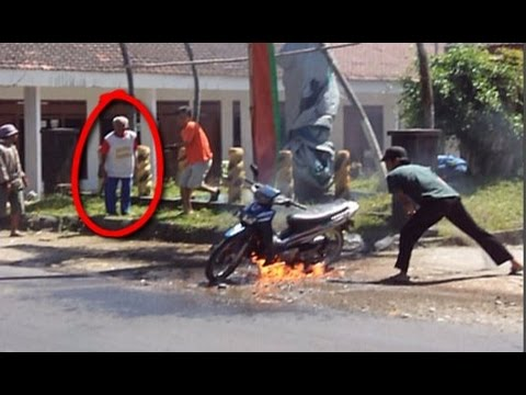 Heboh,, Motor Terbakar Hampir Meledak Depan Kantor Kelurahan Kepung [Video AMATIR]