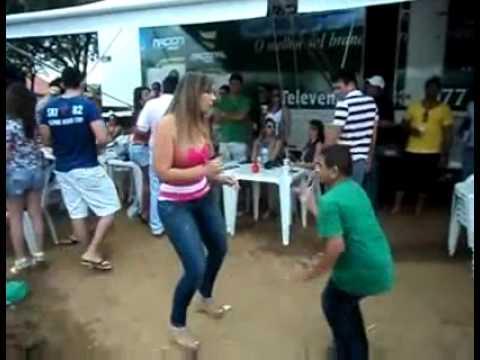 Baixinho dançador de Forró musica Garota Safada.