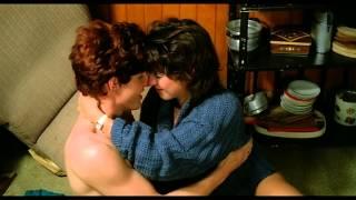 Markus und Nena - Romantische Szene in einer Holzhütte
