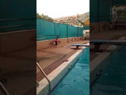 طفل بعمر٣ سنوات يقفز بالمسبح في الثلاثة امتار