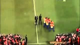 مشجع يقتحم الملعب ويريد حمل كاس العالم   هاي كورة
