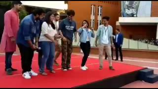 Shahrukh Khan in Pune | doing chaiyya chaiyya with students