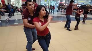 Alumnos Bailando Cumbia de Vueltas (YAMELIN Y LUNA)  2017