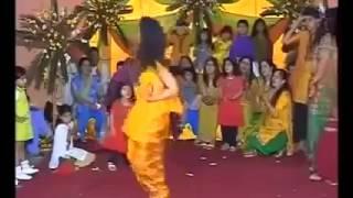 Cute Pakistani Girl Dance on Henna day