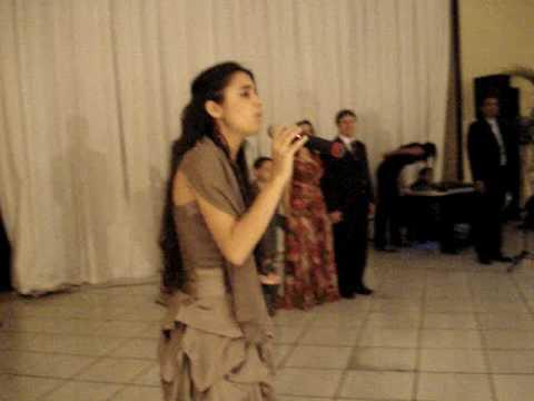 Jessica Sakemi Cantando no Aniversario da Natalia Prima