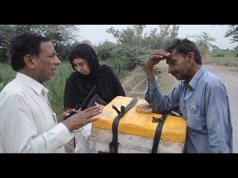 A Poor Pakistani Laborious Sells Kulfi for Rizq Halal Rahe Insaniyat