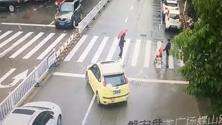 Car blocks traffic to allow old woman to cross the road in E China
