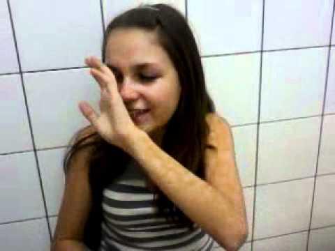Menina Amamanda chorando pra tomar a vacina dos 15 anos