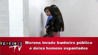 Morena invade banheiro público e deixa homens espantados