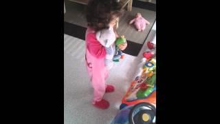 Elle danse sur un zouk love à 21 mois!!