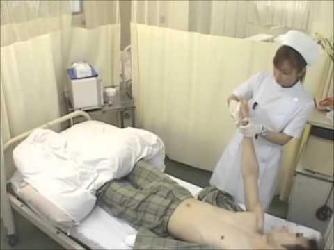 enfermera asiatica dando baño a enfermo