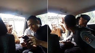 Gokil! Wanita Tua Datangi Mobil Patroli Polisi Lalu 'Tawarkan' Anaknya, Lihat Aksi Si Ibu!