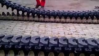 استبدال جنزير الدبابات الحربية