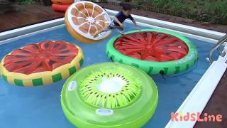 巨大 くだもの 浮輪でお買い物ごっこ ジャンプして乗れるかな~? ゲーム プール こうくんねみちゃん Giant Inflatable Fruit