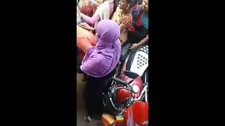 Indian women fight in bank for currency exchange 1000 and 500 Notes