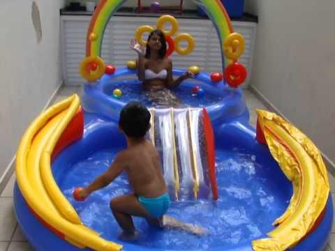 Brincando na piscina com a Carol 2 anos e 4 meses.MP4