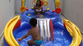 Brincando na piscina com a Carol-2 anos e 4 meses.MP4