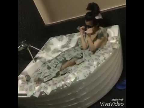 DJ nữ KHỎA THÂN tắm NUDE với tiền