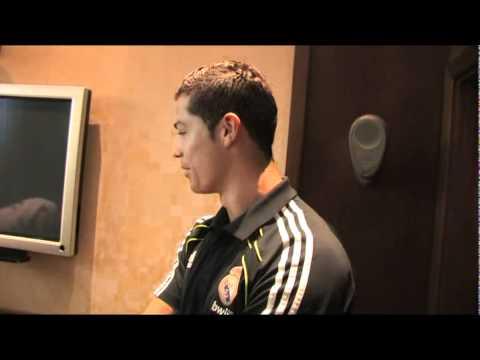 Se tatúa a Cristiano Ronaldo en el muslo Vídeo oficial Vtattoo