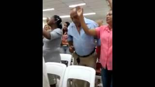 Homem dança forró na igreja