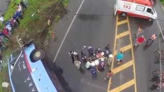 Ônibus tomba em Sobral com 32 passageiros