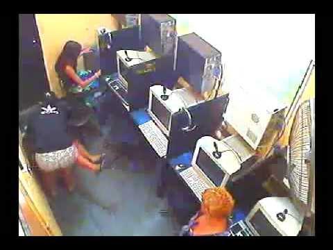 Duas mulheres brigam em Lan House