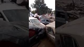 مشاهد  لكارثة قسنطينة  شاهدوا :  كيف جرفت السيول عشرات السيارات!