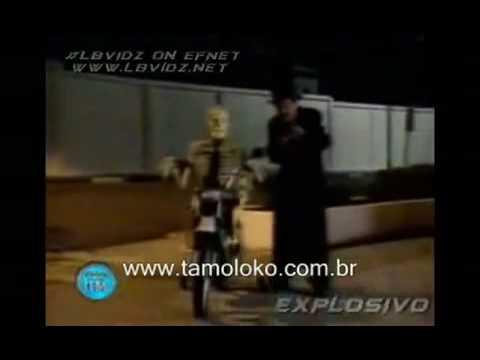 Broma esqueleto taxi y moto en cementerio